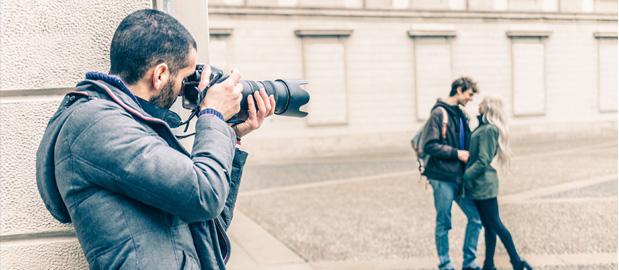 detektyw robiący zdjęcia z ukrycia